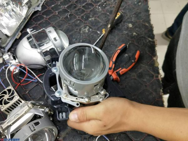 贵阳丰田凯美瑞车灯升级改装LED双光透镜大灯慢