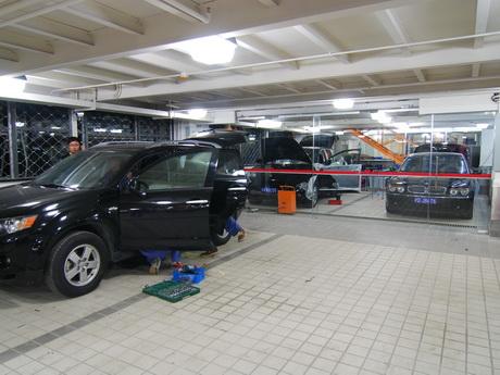 位于vip汽车音响改装车间内正在进行音响改装的宝马745和保时捷卡宴