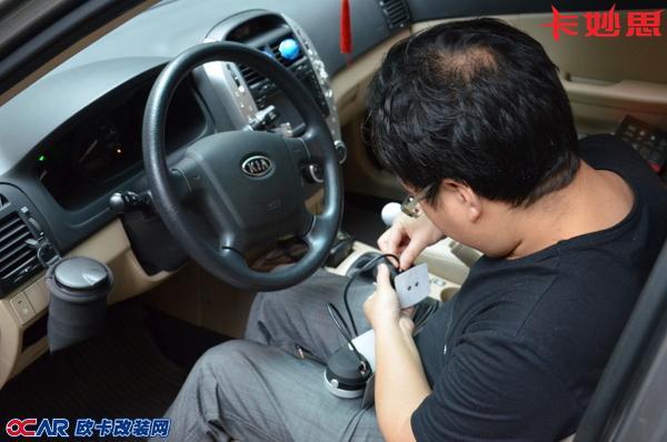 它通过汽车obd诊断接口读取发动机参数