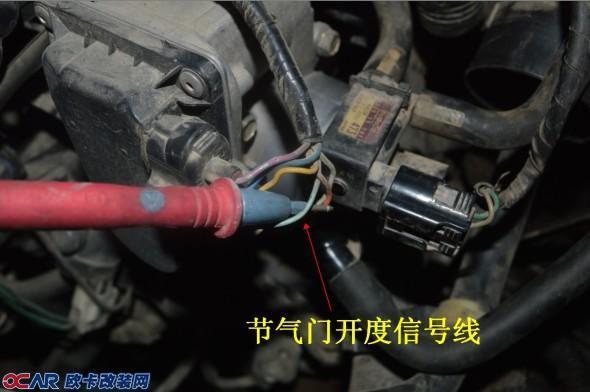 电动涡轮的安装对于各车型都是大同小异,都是将其串接在节气门与空滤之间, 再将电动涡轮控制器上的转速信号检测线及节气门开度信号检测线分别接上即可。 第一步:接节气门的开度信号线   第二步:接发动机转速信号线 转速信号线从喷油嘴插头上取得 测量方法:发动机转速信号线从喷油嘴处取得,几缸车会有几个喷油嘴,只需接其中任何一个喷油嘴的信号线即可。量线方法:车锁拨到ACC档,万用表拨到直流电压20V档,拨出其中一个喷油嘴,将万用表黑表笔搭铁,红表笔测量喷油嘴上其中一条线,当测得电压为8V以下,则此条线即为喷油嘴信号