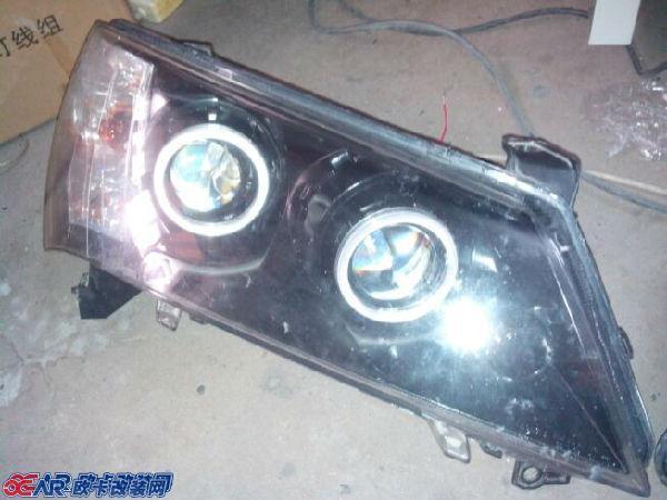 上海靓点工作室  双光透镜:很多车主打电话就双光透镜问题不是太懂!透镜是采用凸透镜聚光+高效率反光碗构成的,单光透镜没电机,双光透镜有电机控制变光板,可以实现远近光互相切换而没有延时。很多车前大灯是没有透镜的,部分车大灯上装的是单光透镜+卤素灯,很多车带的的单光透镜只是个装饰,远远满足不了司机朋友的驾车需求,部分车单的单光透镜海不如反光碗效果好呢,只有高档车前大灯带的是双光透镜+氙气灯,原车带双光透镜的照路也只是一般效果,采用4300K白光偏黄的氙气灯! 现在,改灯技术的不断提高,原车没有透镜的可以加装双