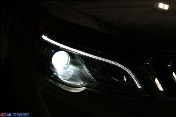远景X3是吉利推出的小型SUV,继承了吉利这两年的一个很成熟的设计。在前脸设计上远景X3则更加时尚运动一些,采用家族式的设计风格,涟漪状的格栅设计颇具辨识度,相对前者则更加活泼一些。   在灯组搭配上是单光透镜的卤素大灯,配合U形LED光带式设计的示廓灯,营造出极具对称美学气质,呈现出鲜明的立体层次感。   卤素灯昏暗的照路效果,夜晚开车太受罪。   石家庄远景X3升级贝雷帽双光透镜,氙气大灯。   升级后拥有超长及超广角的视野,亮度提升2-3倍,最大程度提高行车视觉效果    减轻夜间长途行车眼睛疲劳,
