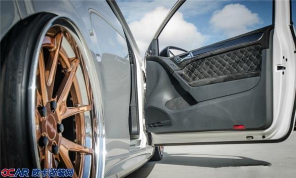 大众6代高尔夫GTI在国内外的受欢迎程度相信大家早已目睹,出色的性能配置加上极富可塑性的外观设计,让很多改装爱好者甘愿为它掏尽腰包。本次这台两门版的GTI在国内十分少见,更短的车身轴距也让它看上去更加运动。从里到外、从大面到细节,这台车都能够被称之为6代高尔夫系列车型改装中的典范。  大众6代高尔夫GTI改装  外观方面改装了电镀轮圈、气动避震  内饰采用翻毛皮材质打造  气动避震让车身降到极低  Rotiform锻造轮圈  采用锻造工艺  无标中网