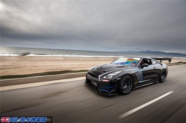 喜欢并改装一款车或许有很多种理由,可能是对个性的彰显,也可能是对速度的追求。有些人会把车辆打扮的花枝招展让旁人仰慕,也有的人会为爱车加持各种性能套件,让它成为赛道的主宰者。然而不论怎么改,都不能忽略车辆最根本的东西平衡。      GT-R作为日本的国宝级跑车,自问世以来便赢得了无数荣誉,并实至名归的获得了战神的头衔。