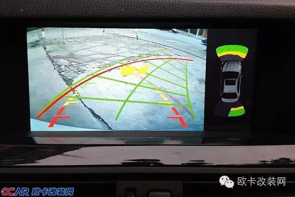 时代在进步,汽车上的科技配置越来越多,究竟哪个科技配置才是最实用的?据教授的社会调查得出,汽车上最常使用的配置是倒车雷达/倒车影像,那么问题来了,什么样的倒车影像才是最讨人喜欢的呢?  倒车影像 原理是车主能够通过车后的摄像头,间接观察到车后的环境。对于大部分车主来说,是一个相当实用的配置。什么样的倒车影像才是好东西?  一个好的倒车影像,摄像头应该成像清晰。无论在白天还是晚上,都应该有良好的成像表现。部分山寨厂的摄像头成像效果太差,所以车主们务必留心。   一个好的倒车影像,应该带有倒车辅助线。后期加装
