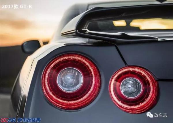 """日产GT-R,它已成为世界最具性价比的运动跑车,由R32至到现款R35战神们都缔造出一个又一个神话,全新的2017款日产GT-R有着帅气肌肉感的线条以及强劲的动力性能,这也使不少爱车之人对它为之倾慕!  或许2017款的GT-R设计融合了""""V-motion""""的家族理念,而导致部分车迷朋友难以将2015款和2017款区分开。首先,2017款的R35最大的改变莫过于车身前部的V型格栅与加大进气口,更将LED日行灯镶嵌在进气口其中,使得前脸的进深感和立体感更加强烈!  车头部分的对比图   车尾部分的对比图"""