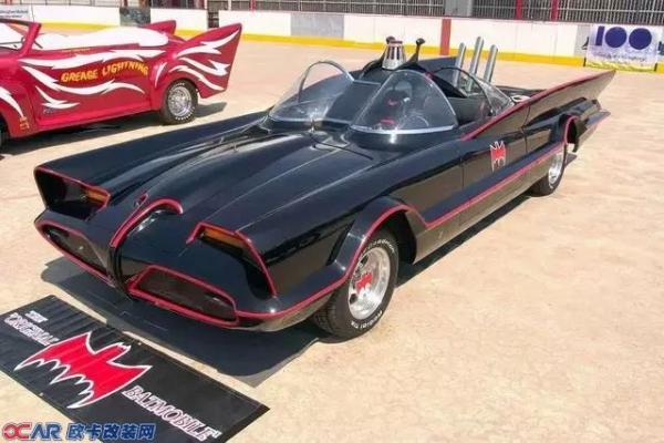 去年期盼已久的电影《蝙蝠侠V超人》终于上映了,尽管电影评价两极分化严重,DC粉惊为天人,路人甲不知所云,但不得不说老爷在剧中开的那辆最新蝙蝠车实在是帅呆了,特别是撞向基友超的那一瞬间,极致的性能和耐操度显露无疑。  自1939年诞生,蝙蝠侠就注定了离不开他那些千奇百怪的交通工具。蝙蝠侠最早出现在《Detective Comics》第27期(1939年5月),当时蝙蝠侠只是驾驶普通车身红色私家车。  直到1941年2月《Detective Comics》第48期,才有蝙蝠车(Batmobile)这叫法。在这
