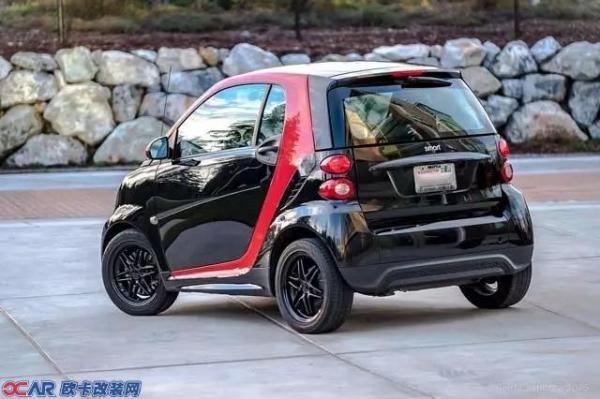 一个标准大小的停车位,可以同时停下三辆车。 问:这是什么车? 答案似乎只有一个,那就是Smart! 我们今天就来聊聊这辆游走于城市之间的小精灵吧~  先从它的名字说起,因为Smart是梅赛德斯-奔驰(Mercedes-Benz)和世界手表业巨头斯沃琪(Swatch)公司的创意合作产物,所以字母S代表斯沃琪公司,M代表梅赛德斯公司,而art是艺术的意思,代表双方艺术的结晶,所以就有了Smart这个名字。  说起Smart的创办经过,还是相当坎坷的。早在八十年代末期,Smart创始人瑞士SMH集团(Sw