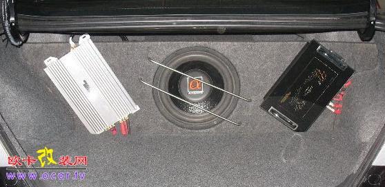 汽车音响投资是指改装甚至改造整个汽车的音响系统。初级的改装是将原车的主机换成CD、VCD、DVD、MP3等;现在市面上最流行的是调频+CD+MP3+U盘+存储卡的音响装置,它无可比拟的兼容性必会风靡一时。换主机无多少技术可言,只须看产品品质及车主的个人喜好,以及正确的接线和处理线头的绝缘。 原厂的喇叭由于成本原因,一般功率较小,面临强劲声压,大动态音乐时,往往会失真,影响音乐欣赏。为你的爱车挑选一套适合你音乐欣赏习惯与品位的高品质喇叭,是汽车改装的关键一步。车用喇叭存在不同的风格:美国Rockfofd(