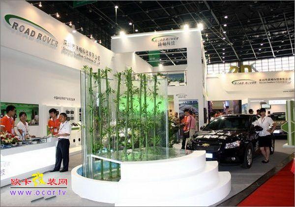 2010年6月30日中国国际汽车后市场博览会暨第七届中国汽车用品(郑州)交易会将于郑州国际会展中心隆重召开,交易会为期三天。届时将有3000多家国内外各大汽车用品厂商参展,预计国内外专业观众可达12万人次。 本届展会展位数量达到5000个,展览面积10万平米,将设室内12个馆及其辅助展区,并根据展会的发展和参展商的强烈需求,搭建室外展馆6个。其分别为羊剪绒/仿毛展区,精品展区;养护/太阳膜展区;用品综合展区;电子/改装展区;影音/导航展区,展出种类达10万余种。 展会现场汽车用品产品种类多达10万余种,展