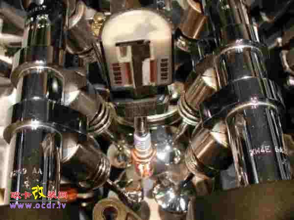 引擎依照运转模式不同可分为火花点火(SI Spark Ignition)引擎及压缩点火(CI Compression Ignition)引擎,汽油引擎属于火花点火引擎,而柴油引擎则属于压缩点火引擎。汽油引擎既是属于火花点火引擎,其点火就必须借着点火系统来完成。 顾名思义,火花点火引擎要点火就必须靠火花塞,而火花是借着火花塞产生的。火花塞由螺牙锁附在引擎燃烧室的顶端,也就是在缸头上进、排气门之间,火花塞在头部有一中央电极及接地电极,接地电极是由螺牙部分延伸出来成L形,与中央电极维持0.