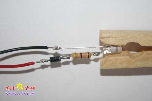 接著将二极体焊接在电阻下方,请注意二极体有方向性,需将白线端电线朝